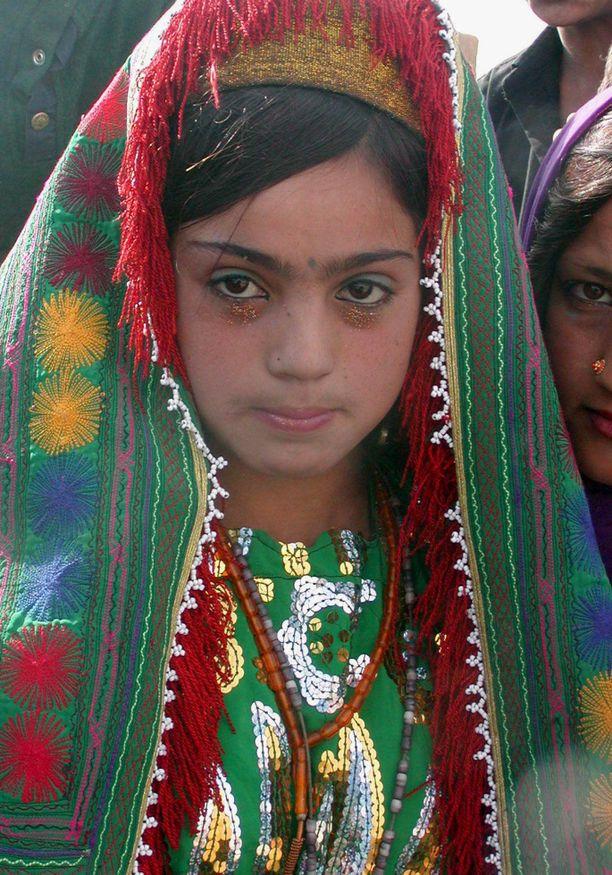 Kuvan afganistanilaistyttö joutui naimisiin 12-vuotiaana.
