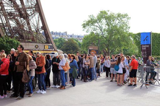 Jos haluaa Eiffel-tornin huipulle, on oltava valmis jonottamaan - jopa tunteja.