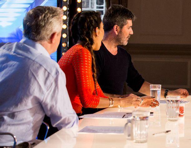 Louis Walsh ja Nicole Scherzinger voihkivat ihastuneina ääneen, kun Saara kertoo tulevansa Suomesta. Simon Cowell syö purkkaa.