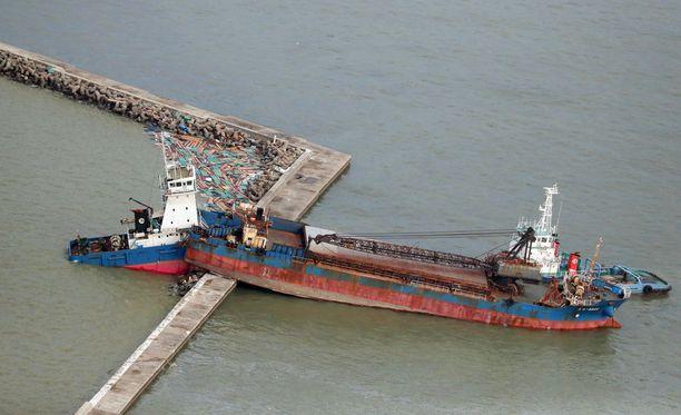 Laiva törmäsi rantavalliin Nishinomiyassa.
