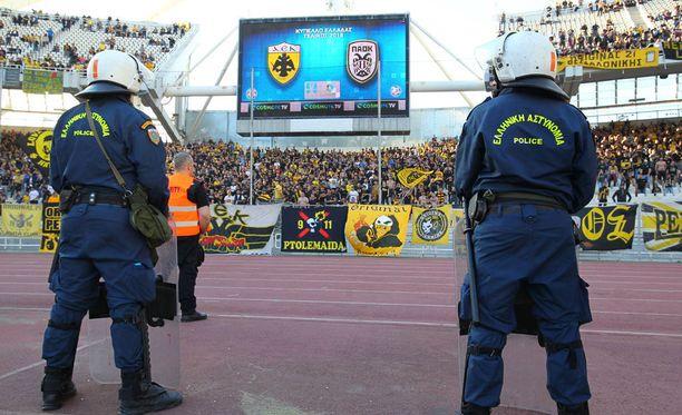 Mellakkapoliisit päivystivät AEK:n kannattajien edessä.
