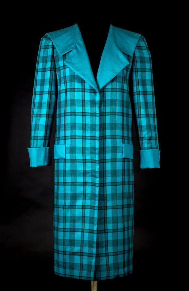 """Näyttelyssä on mukana myös tämä """"hevosenloimeksi"""" haukuttu takki, jota prinsessa käytti virallisella vierailullaan Venetsiassa vuonna 1985."""