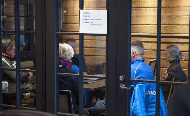 Suksihuoltaja Ari Marjetta (vas.), pappi Leena Huovinen, huoltopäällikkö Matti Haavisto, päävalmentaja Reijo Jylhä ja hiihtäjä Anne Kyllönen pitivät palaverin lauantaina Oloksella.