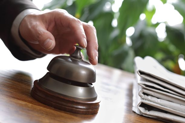 Vastaanottoon saapuva asiakas voi pyytää vaikkapa liikennevalojen rukkaamista tai lentoliikenteen pysäyttämistä.