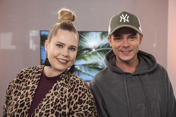 TIS-studiossa uusimpia Temppareiden käänteitä tällä viikolla puimassa viihdetoimittaja Anna Hopi ja realityjulkkis Niko Saarinen.