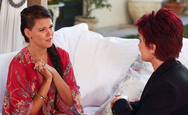 Saara vastaa Sharonille ennen tietoa kohtalostaan olevansa jännittynyt, mutta muuten ok.