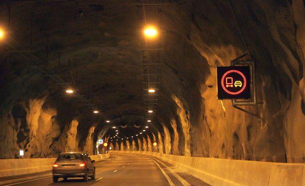 Vuosaaren tunnelissa vaaratilanteita aiheuttavat U-käännösten tekijät sekä tunneliin harhautuneet pyöräilijät ja jalankulkijat.