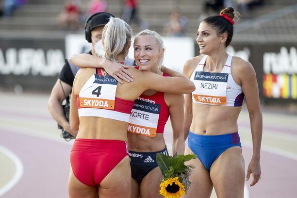 Annimari Korte otti Suomen mestarina vastaan onnitteluja.