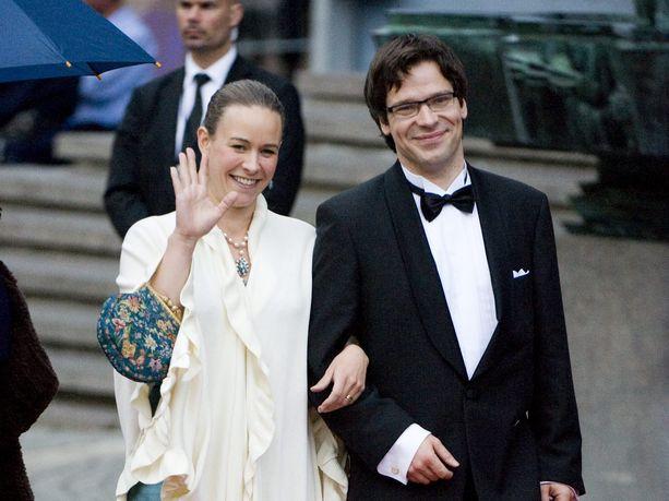 Ville Niinistö kertoo torstaina ilmestyvässä elämäkertakirjassaan, miten avioliitto ruotsalaisen puoluejohtajan kanssa vei hänet Ruotsin kuninkaallisiin juhliin. Niinistö ja Maria Wetterstrand osallistuivat prinsessa Victorian häiden kunniaksi järjestettyyn konserttiin vuonna 2010.