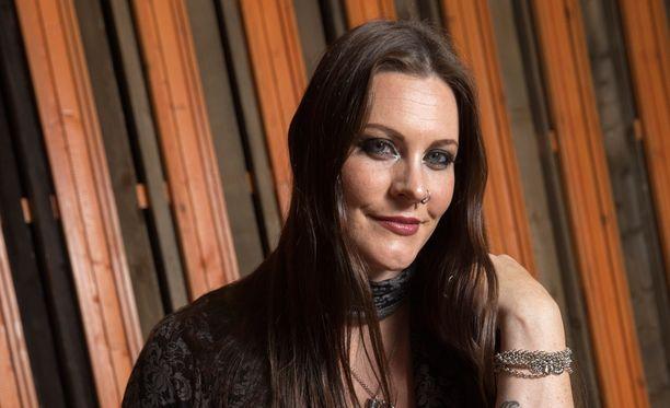 Floor Jansen odottaa ensimmäistä lastaan yhdessä Sabaton-rumpali Hannes Van Dahlin kanssa.