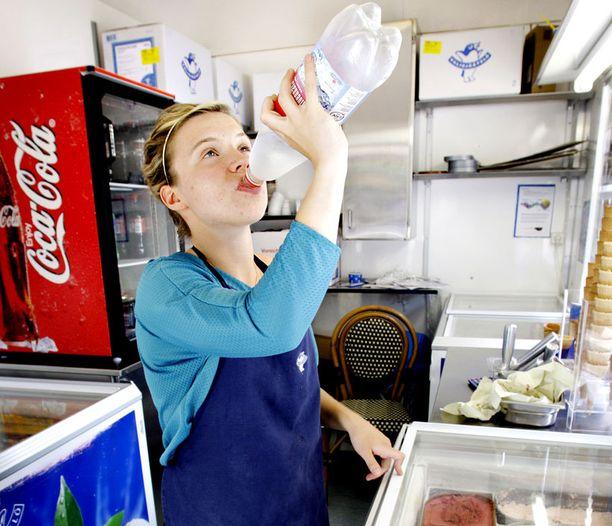 Kuumalla työskennellessä on muistettava juoda jatkuvasti, vaikka ei janottaisi.