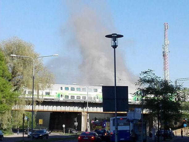 Palosta leviää savua ympäristöön.