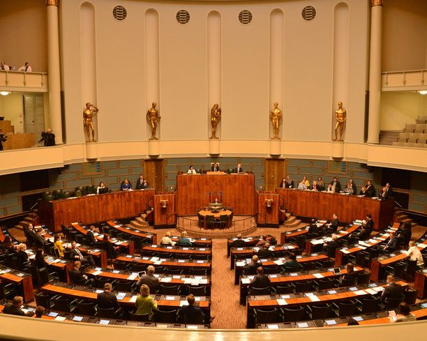 Ministerit vastaavat kansanedustajien kysymyksiin aina torstaisin kello 16 alkaen.