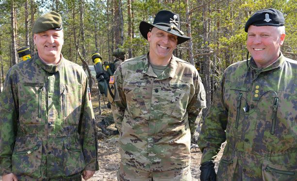 Hymyilevät herrat eli kenraaliluutnantti Seppo Toivonen (vas.), everstiluutnantti Steven Gventer ja Arrow 16-harjoituksen johtajana toimiva eversti Pekka Järvi.