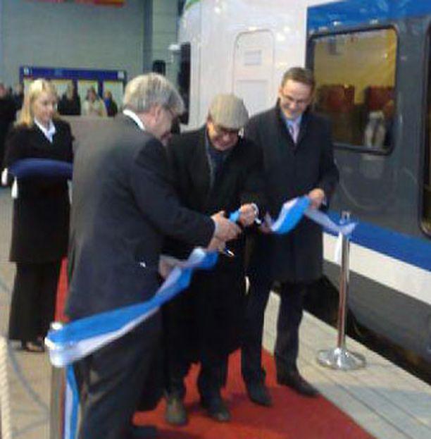 Pääkaupunkiseudun uusi lähijuna vihittiin juhlallisin menoin rautatieasemalla.