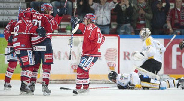 Mikael Granlundin (64) ja Jerry Ahtolan (21) yhteistyö toimi jo ajassa 23 sekunnin pelin jälkeen - tuloksena 1-0-maali.