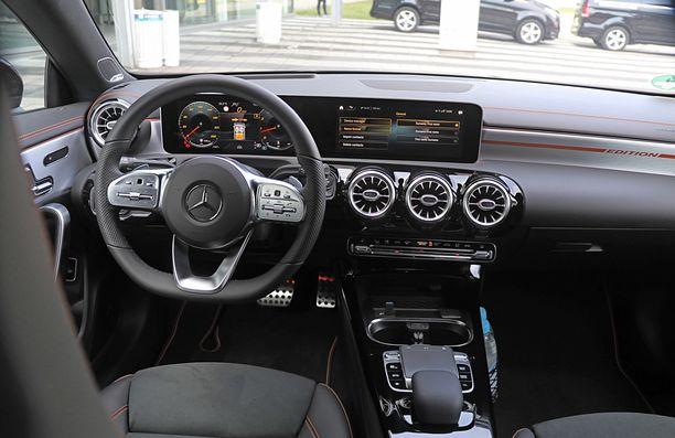 Ohjaamo edustaa tuttua Mercedes-maailmaa - sama kuin muissakin A-sarjalaisissa.