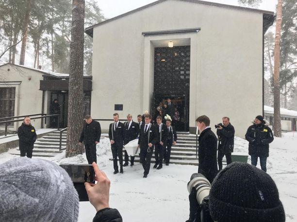 Nykäsen ystävät ja läheiset kantoivat arkun ulos ruumisautoon siunaustilaisuuden jälkeen. Kantajina nähtiin muun muassa Nykäsen ystävä Ari Saarinen ja muusikko Jussi Niemi.