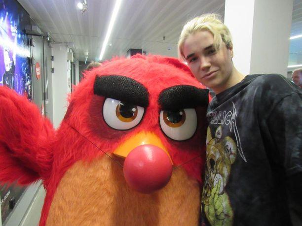 Lucas poseerasi vihaisen linnun kanssa.