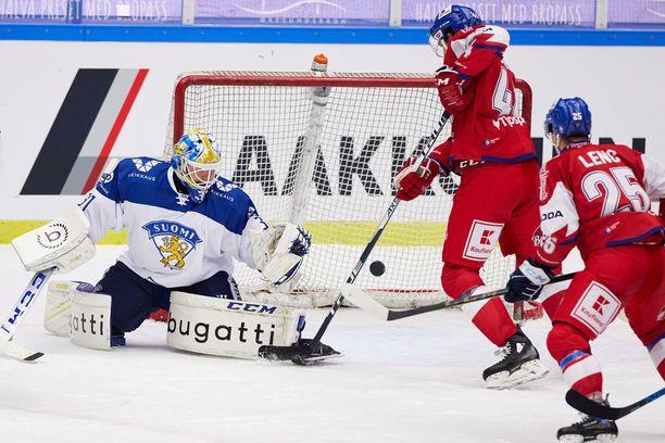Janne Juvonen piti torjunnoillaan Suomen mukana pelissä.