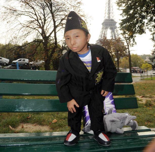 Sertifioitu maailman lyhyin mies Khagendra Thapa Magar promootiokiertueella Pariisissa lokakuussa 2011.