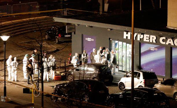 Kosher-kaupan panttivankien uskotaan olleen jo kuolleita, kun poliisi rynnäköi sisään kauppaan.