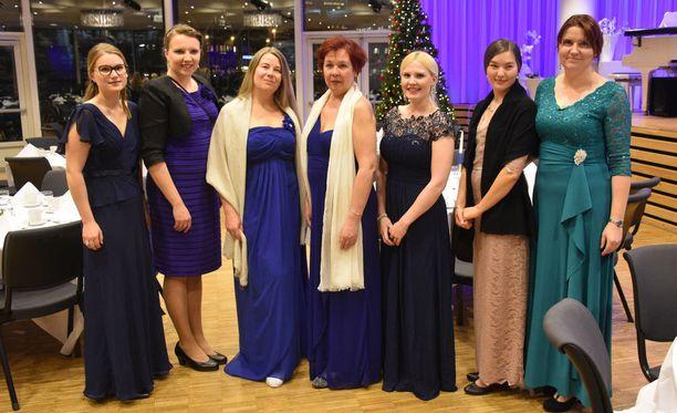 Tromssan ruijansuomalaisen yhdistyksen hallituksen naiset olivat pukeutuneet tyylikkäästi suureen juhlaan.