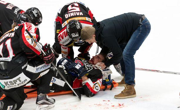 Michel Miklik jäi HIFK-ottelussa kovan taklauksen alle, minkä jälkeen hän löi päänsä jäähän.