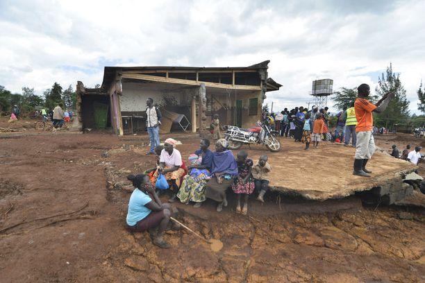 Paikalliset asukkaat kerääntyivät sortuneelle padolle torstaina.