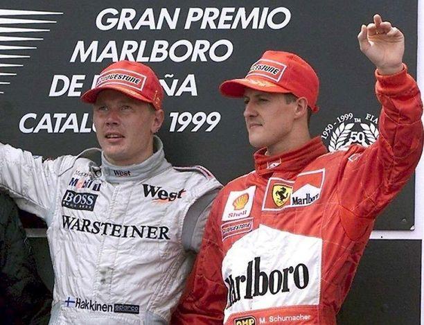 Häkkinen ja Schumi palkintopallilla Espanjassa vuonna 1999.