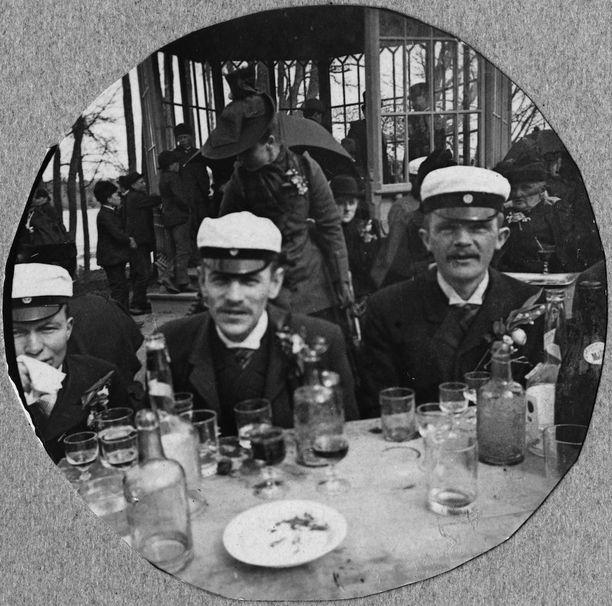 Väkijuomien maistelua ravintola Kaisaniemessä vappuna 1892.