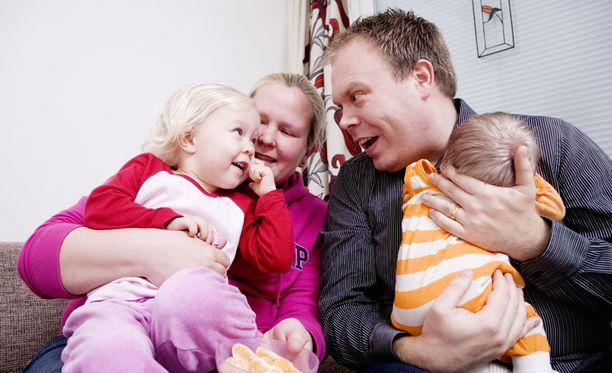 MEININKIÄ - Kyllä tämä onnellista aikaa on, kiireistä kylläkin, Espoossa asuva Joonas Haapaniemi, 34, kommentoi tutkimuksen tuloksia. Haapaniemellä ja hänen vaimollaan Henna Smolanderilla on kaksi lasta; pian kaksi vuotta täyttävä Alina sekä vain kaksi viikkoa vanha poikavauva.