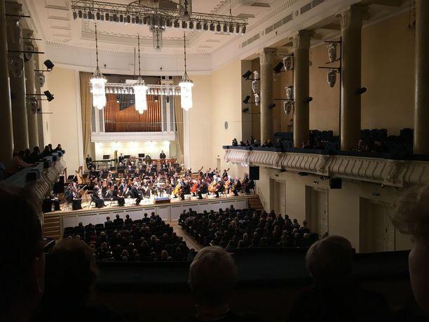 Estonia-teatterissa voi oopperan ja baletin lisäksi nauttia tasokkaista sinfoniakonserteista. Helmikuun alussa siellä järjestettiin virolaisten säveltäjien teoksia esitellyt juhlakonsertti satavuotiaan Viron kunniaksi.