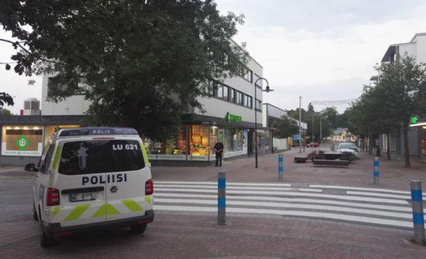 Mies oli kirveellä rikkonut apteekin, ravintolan ja pankin ikkunoita Karjaan keskustassa torstaina.