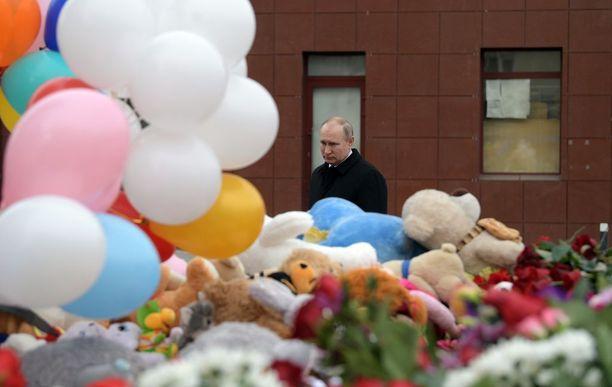 Presidentti Putin vieraili uhrien muistopaikalla Kemerovossa tiistaina.