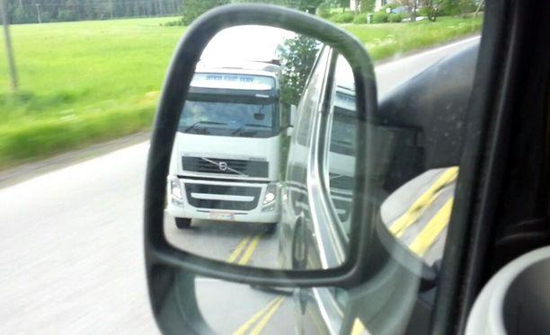 Matkan varrella autoilijalle hurjistunut rekkamies muun muassa yrittää useita kertoja ohitusta keltaisten sulkuviivojen kohdalla.