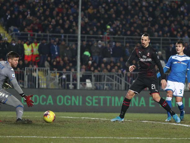Zlatan Ibrahimović (oik.) ei saanut palloa ohi Jesse Jorosen.