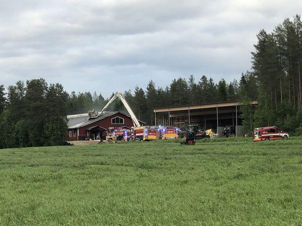 Oulussa palamaan syttyneen navetan peltikattoa jouduttiin purkamaan palopesäkkeisiin pääsemiseksi.