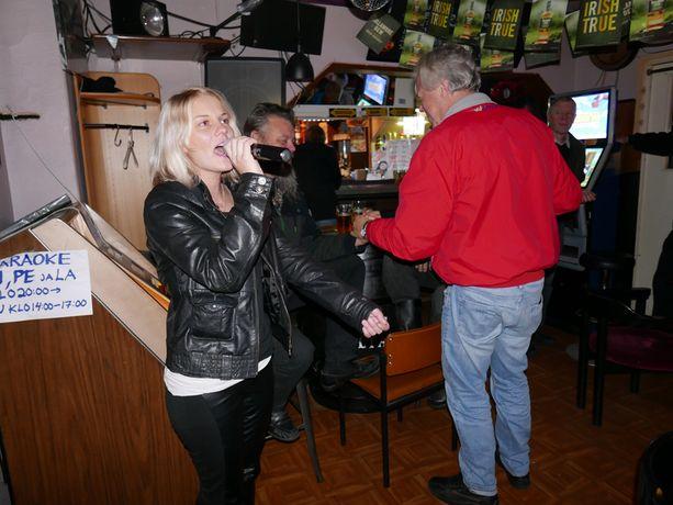 Johanna Kallio tuli baariin laulamaan karaokea. Hän arvelee, ettei paljas pinta ole itsessään topless-baarin suurin houkutin.