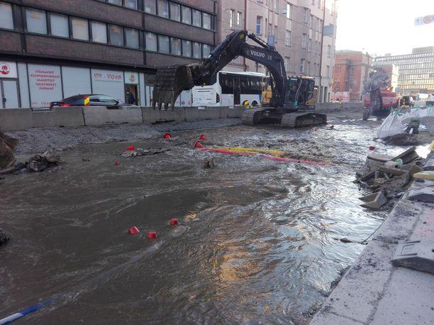 Vesi tulvii tietyömaalla Hämeentiellä Helsingissä.
