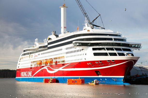Viking Grace aloitti liikennöinnin vuonna 2013. Nesteytetyllä maakaasulla kulkeva alus on jo nyt vähäpäästöinen, ja uusi purje auttaa pienentämään päästöjen määrää.