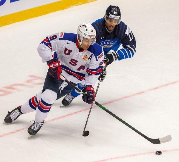 K'Andre Miller on tuttu näky USA:n alle 20-vuotiaden maajoukkueessa. Vuodenvaihteessa pelatuissa nuorten MM-kisoissa otetussa kuvassa taustalla karvaa Suomen Joonas Oden.