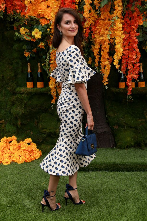 Emme saa pilkuista tarpeeksemme! Penelope Cruzin mekossa ihastuttaa hieman erilainen pilkkukuosia ja supernaisellinen helman malli.
