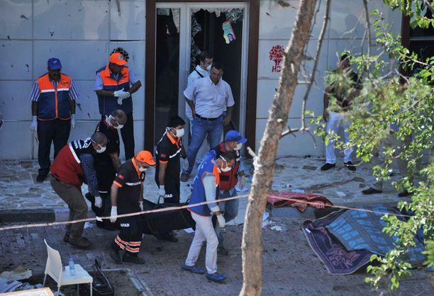 Kuolleita on ainakin 30, loukkaantuneita noin sata.