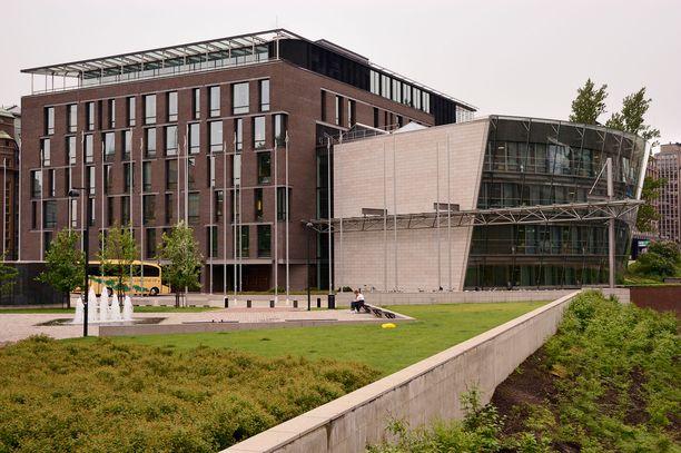 Pikkuparlamentti sijaitsee Helsingin keskustassa. Kyseessä on eduskunnan lisärakennus.