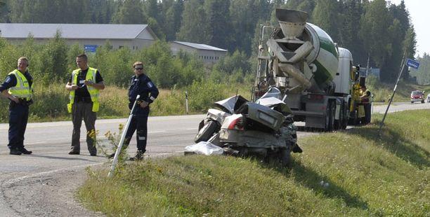 Henkilöautossa olleet kaksi ihmistä kuolivat Hauhon liikenneonnettomuudessa.