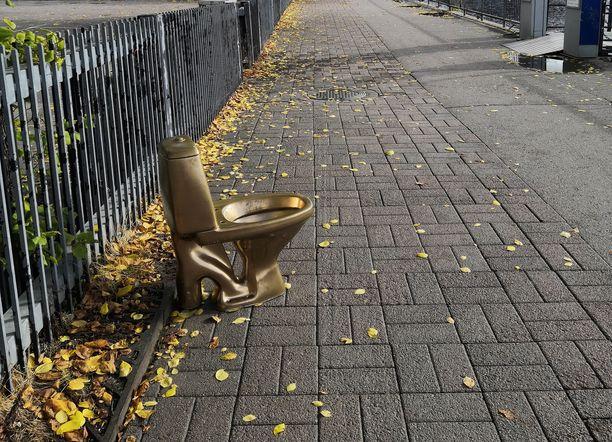 Tamperetta kiertävää vessanpönttöä ei ole kiinnitetty mitenkään. Kuva otettu sunnuntaina Laukontorilla.