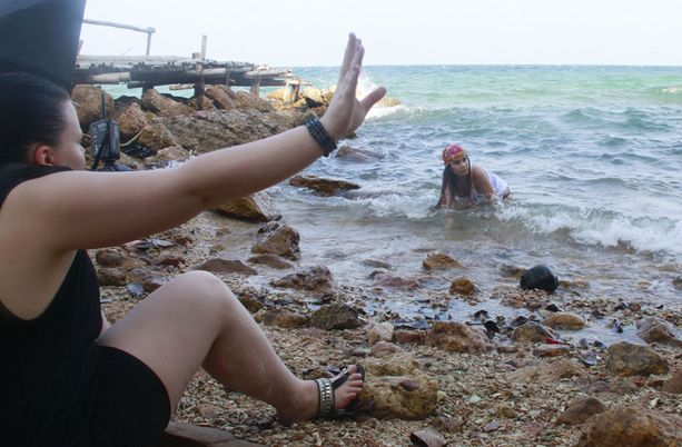 Anna Abreu koki kuvaustilanteet rantamaisemissa luonnollisiksi.