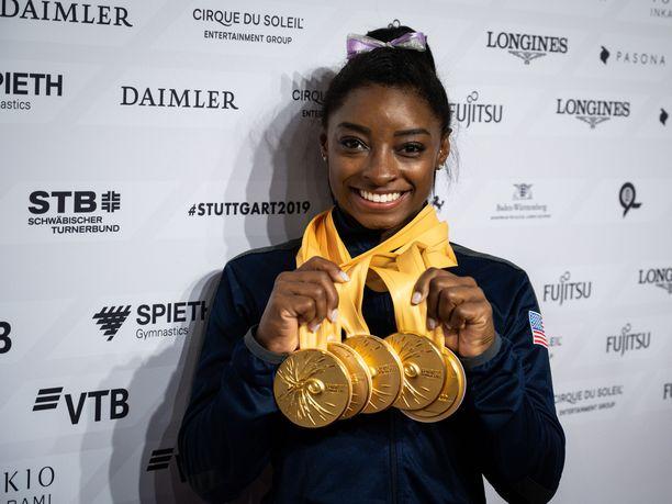 Simone Biles on 4-kertainen olympiavoittaja ja 19-kertainen maailmanmestari. Millä telineellä hän on saavuttanut eniten kultamitaleita?