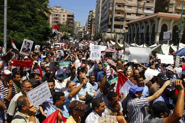 Muslimiveljeskunnan kannattajat ja Egyptin syrjäytetyn presidentin Mohamed Mursin kannattajat osoittivat mieltään Egyptin Alexandriassa heinäkuussa 2013.